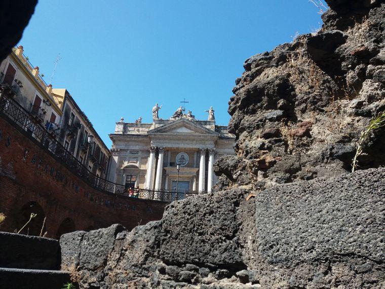 Es ist nicht das einzige antike Theater gewesen. Überreste eines noch größeren Amphitheaters findest du in der Innenstadt an der Piazza Stesicoro.