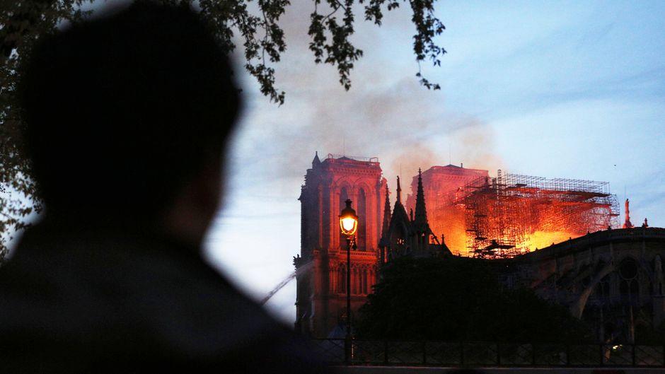 Dramatische Bilder aus Paris: In Notre-Dame brennt es.