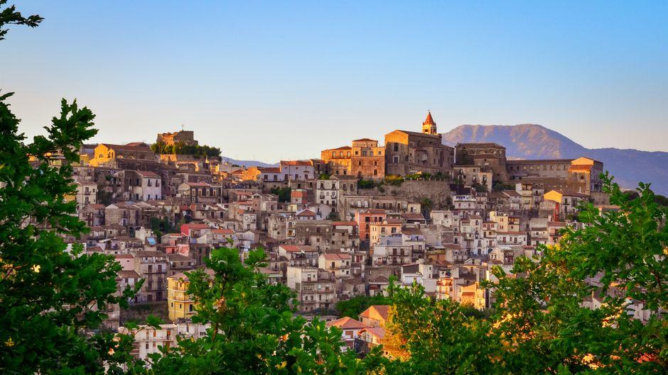 Blick auf Castiglione di Sicilia bei Sonnenuntergang.