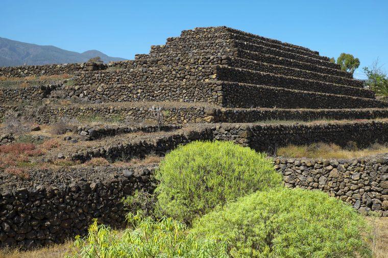Mindestens genauso spannend wie die Gebilde in den Höhlen Cueva del Viento sind die Steinformationen der Pyramiden von Güimar