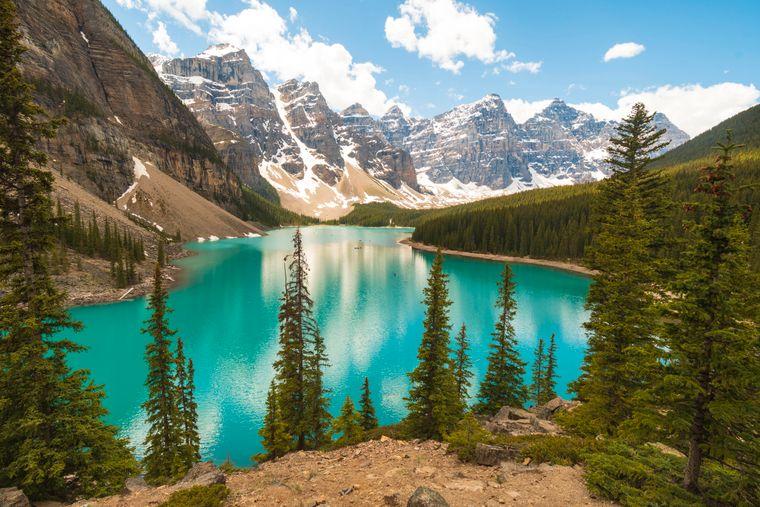 Berge spiegeln sich im See Moraine in Banff in Kanada.