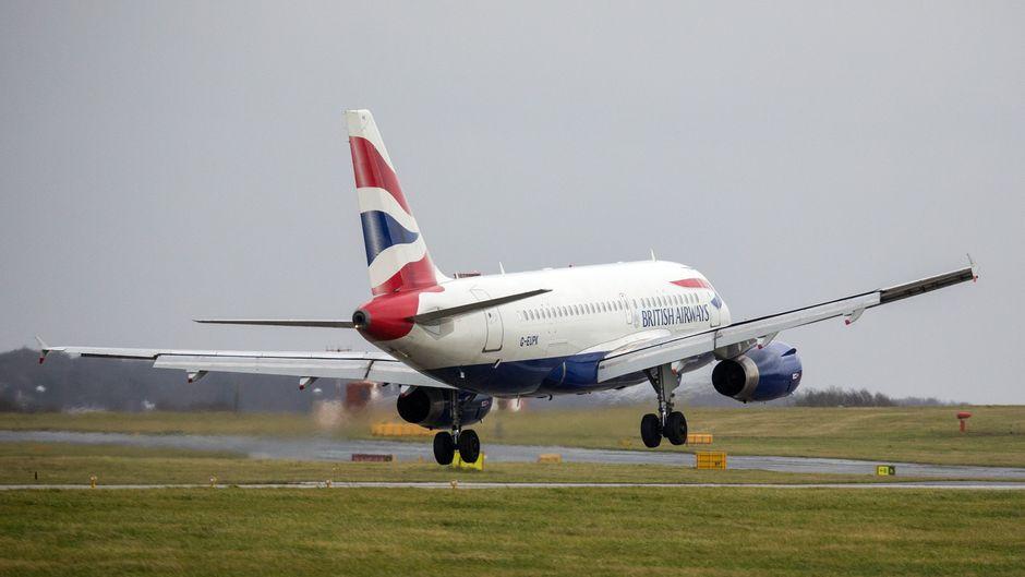 Ein Flugzeug von British Airways landet bei Sturm in Leeds.