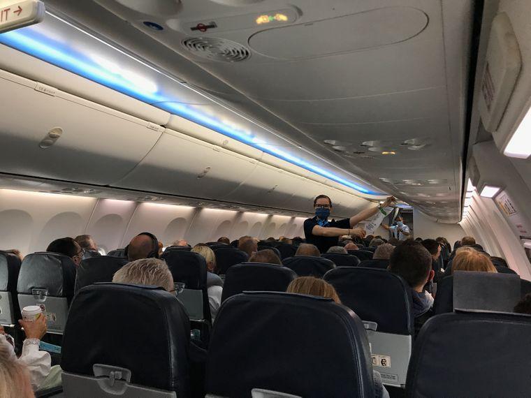 Sicherheitseinweisung mit Mundschutz: Auch für die Flugbegleiterinnen ändert sich durch Corona einiges.