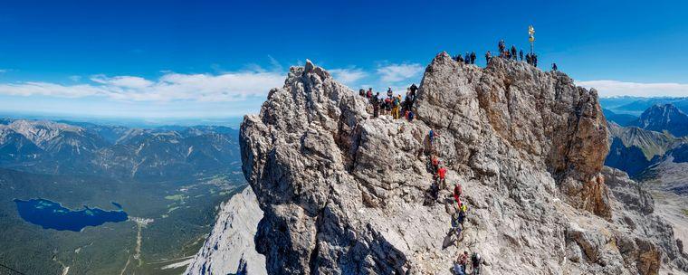 Gipfel der Zugspitze mit Touristen und Bergsteigern.