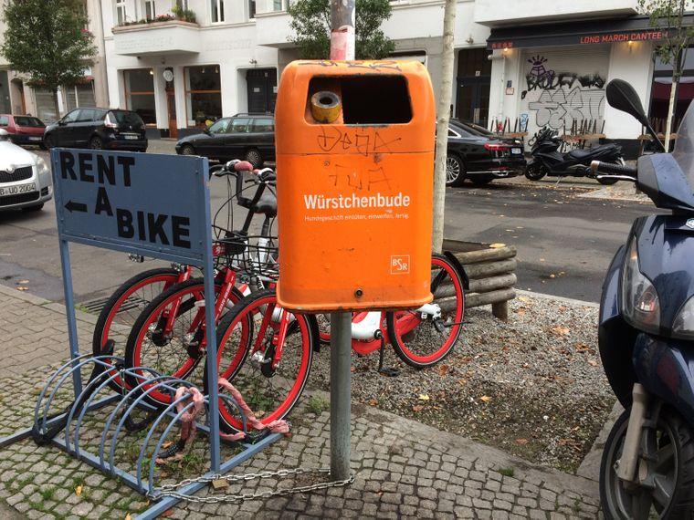 Eine Würstchenbude für Hundekot: Die Berliner Stadtreinigung setzt auf lustige Sprüche.