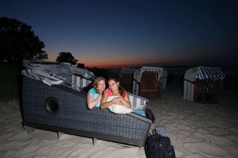 Beke Zill und Alessandra Röder übernachten im Schlafstrandkorb in Scharbeutz.