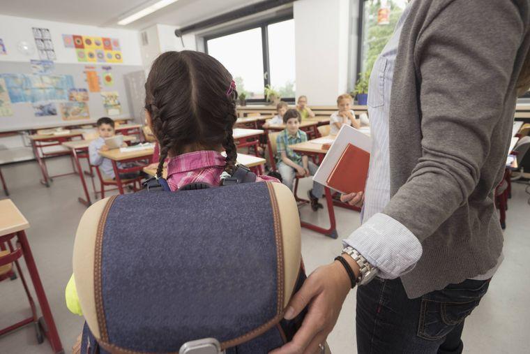 Eine neue Schülerin kommt in die Klasse. Die Lehrerin stellt den Neuling ihrer Klasse vor.