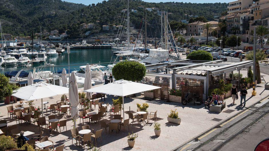 Drink mit Hafenblick? Das gibt's in den Bars von Port de Sóller!