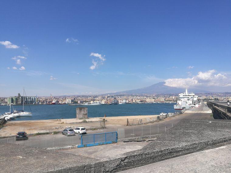 Am Hafen von Catania hast du einen Blick auf die ganze Stadt mit dem Ätna im Hintergrund.