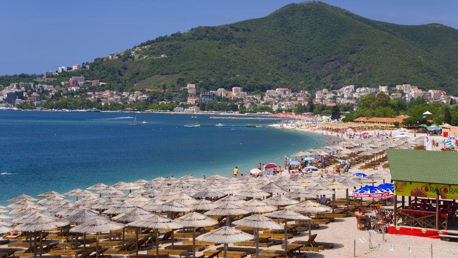 Der Strand von Becici – im Sommer ein Hotspot für Urlauber.