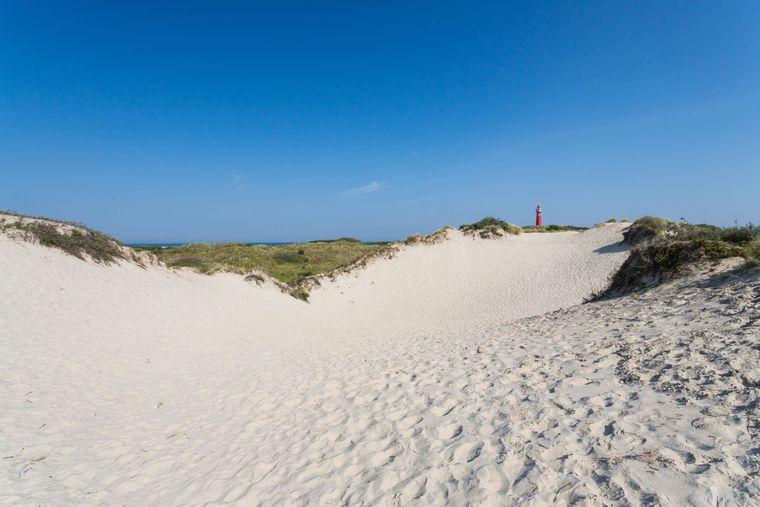 Breite Sandstrände und der rote Leuchtturm auf Schiermonnikoog.