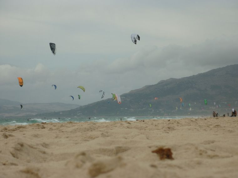 Kitesurfen an der Playa de Los Lances in Andalusien.