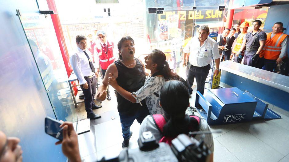 Bei einem schwerem Busunglück in Peru sind 16 Menschen ums Leben gekommen. Das Foto zeigt Verwandte, die in einem Terminal der Busfirma Cruz del Sur in Lima über den tragischen Tod schockiert sind.