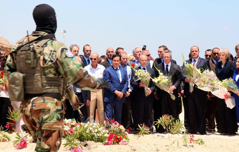 Politiker mehrer Länder, darunter Theresa May (rechts) und Thomas de Maiziere (2. von rechts) gedenken den verstorbenen Urlaubern in Sousse, Tunesien, vom 26. Juni 2015.