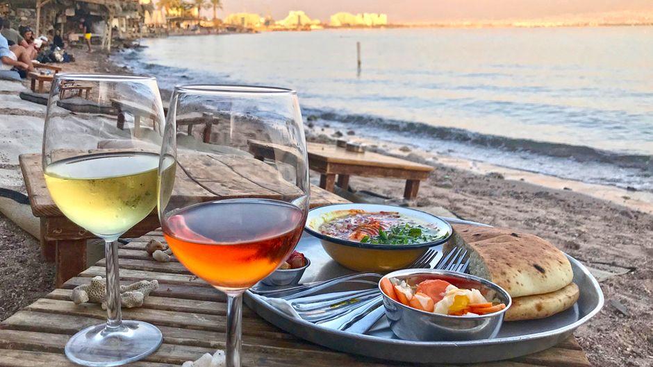 Sonnenuntergang mit einem Glas Wein am Mosh Beach.