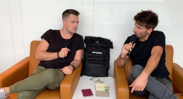 """Adrian und Christoph von """"Welttournee – der Reisepodcast""""."""