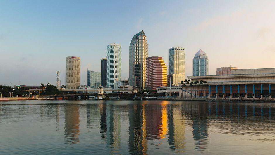 Die Skyline von Tampa im Abendlicht.