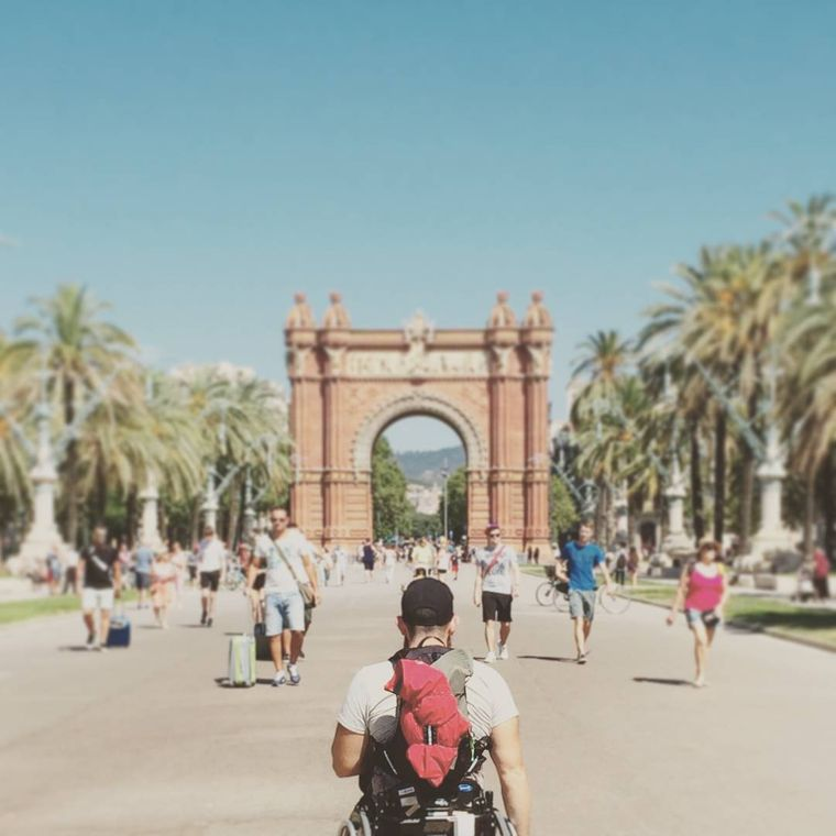 Eamon vor dem Arc de Triomf in Barcelona.