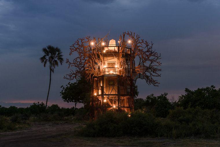 Im Okawangodelta in Botswana eröffnet im Frühjahr 2021 die Xigera Safari Lodge. Eine der Unterkünfte soll dieses coole Baumhaus in der Wildnis sein.
