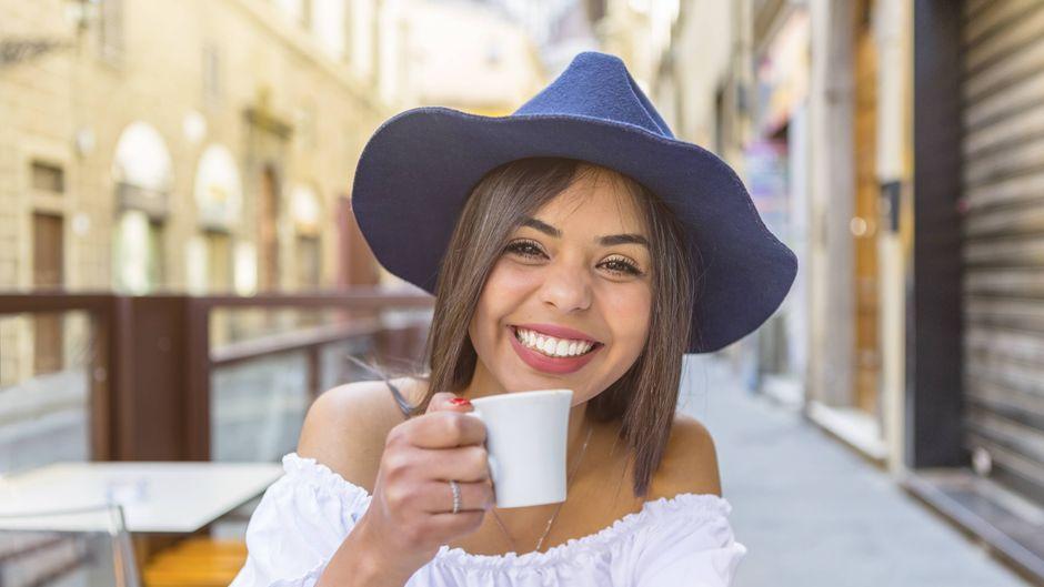 Frau trinkt Kaffee in Italien.