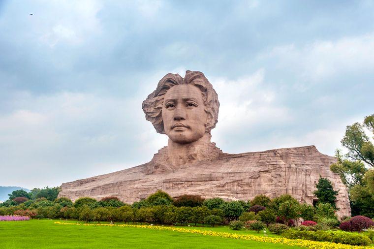 Das Portrait des jungen Mao Zedong ist schon von großer Entfernung zu erkennen.