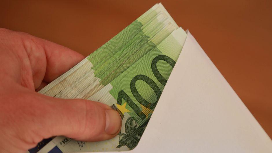 100-Euro-Scheine in einem Briefumschlag.