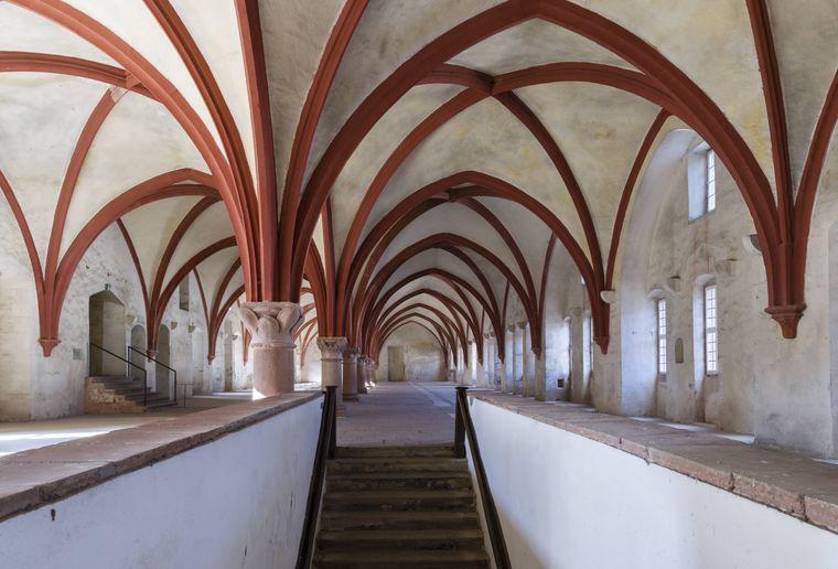 """Der Treppenaufgang zum Mönchsdormitorium im Kloster Eberbach im Rheingau in Hessen. Hier wurde """"Der Name der Rose"""" gedreht."""