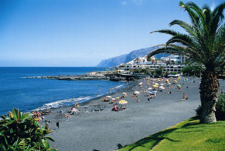 Blick auf die Stadt Santiago del Teide auf Teneriffa.