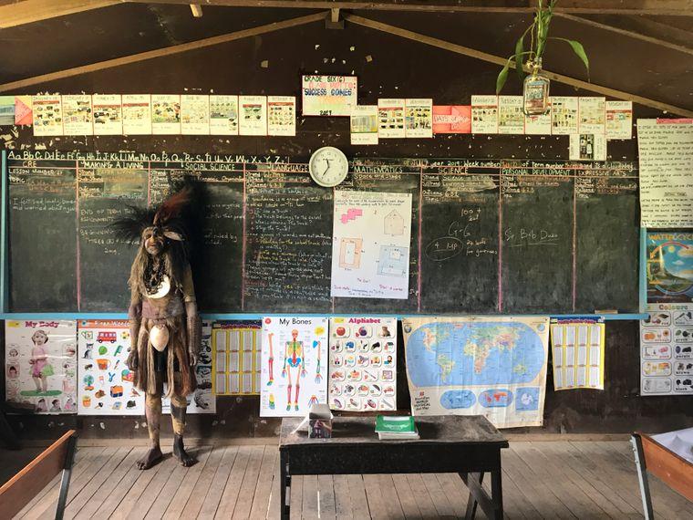 Sendepa Beajuicu ist Oberhaupt von Usakof. Er zeigt den Besuchern das Klassenzimmer der Schule seines Dorfes.