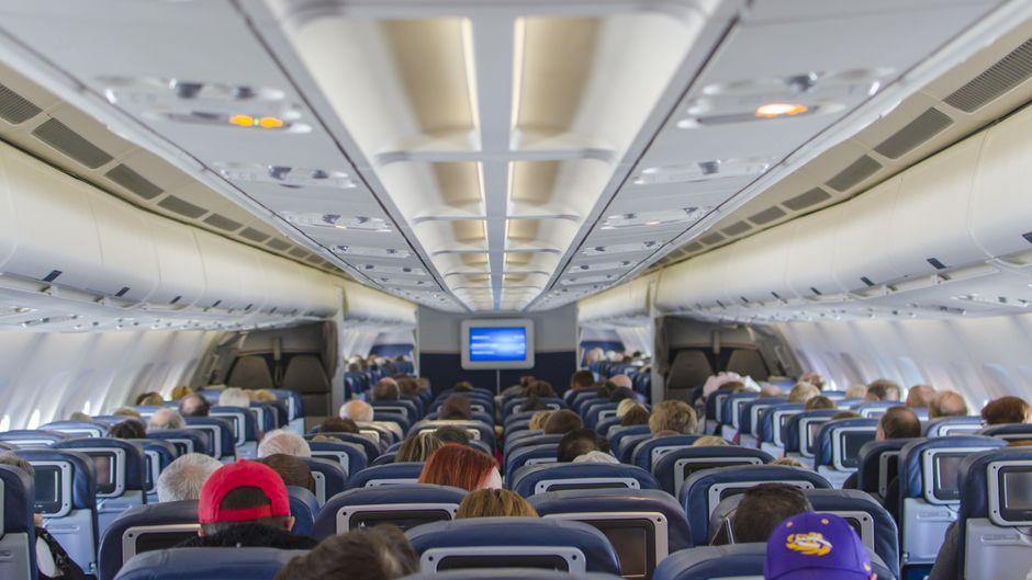 Dutzende Menschen auf engem Raum im Flugzeug: Die Flieger sind echte Virenschleudern. (Symbolfoto)