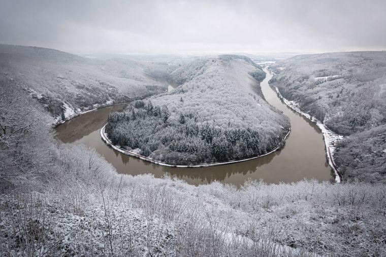 Traumhafte Aussicht - Winterlich zeigt sich die Saarschleife von der Cloef Aussicht im Schnee.