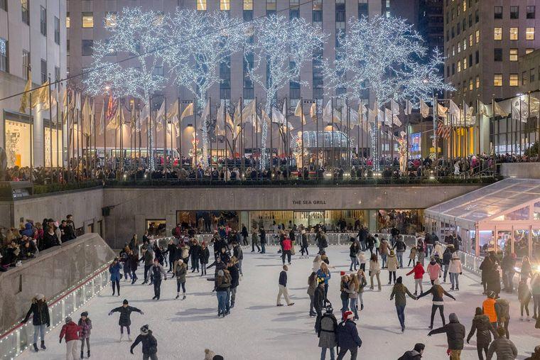 Die Schlittschuhbahn Rockefeller Center in New York City ist besonders abends stark überfüllt.