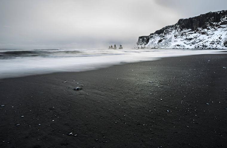 Der Reynisfjara Beach ist der wohl bekannteste schwarze Strand auf Island.