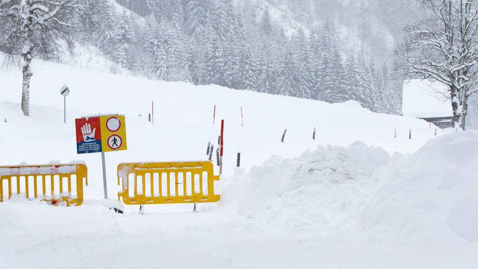 In Österreich und Bayern behindert der heftige Schneefall das öffentliche Leben und den Verkehr.