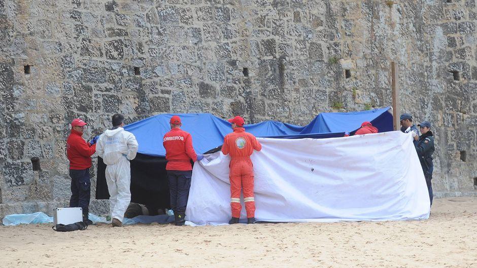 Die Ermittler deckten die Leichen der zwei Australier am Strand von Ericeira mit Planen ab.