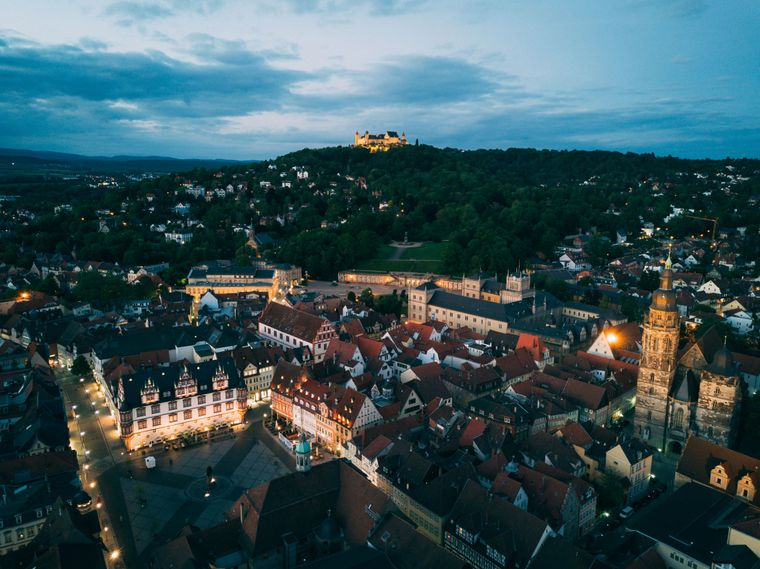 Stadtimpression: Das abendliche Coburg aus der Vogelperspektive.