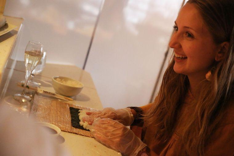 """Sushi-Workshop auf der """"Mein Schiff 2"""": Carina lernt, wie man den Fisch richtig einrollt."""