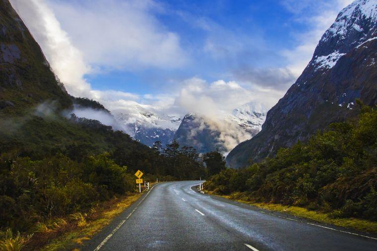 Am Ende der Milford Road wartet vielleicht das bekannteste Fotomotiv Neuseelands auf dich: der Milford Sound.