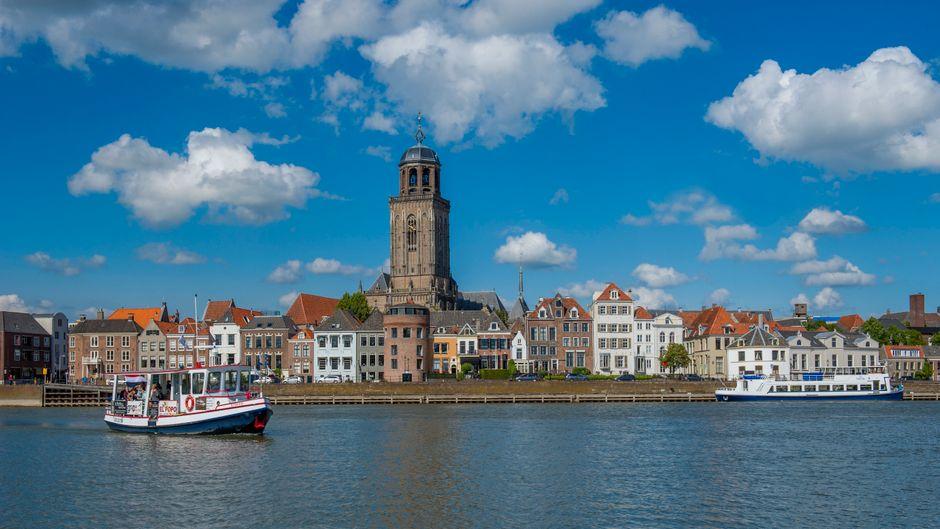 Die Hansestadt Deventer liegt an der Ijssel. Die St.-Lebuinus-Kirche ist schon aus der Ferne sichtbar.