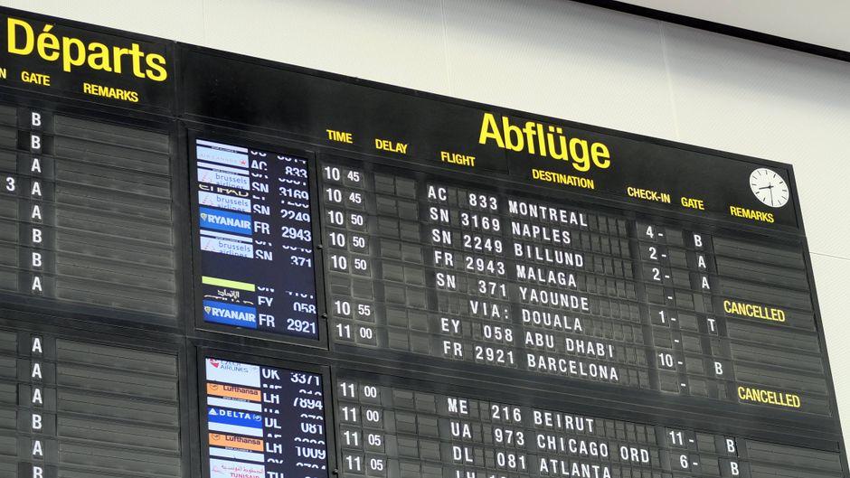 Die Anzeigetafel am Flughafen Brüssel informiert über ausgefallene Ryanair-Flüge Ende Juli.