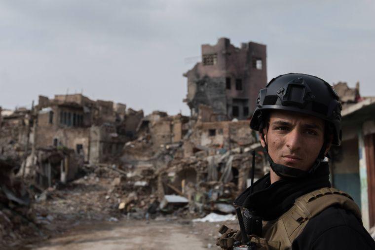 Ein irakischer Soldat in den Ruinen der Altstadt von Mosul.