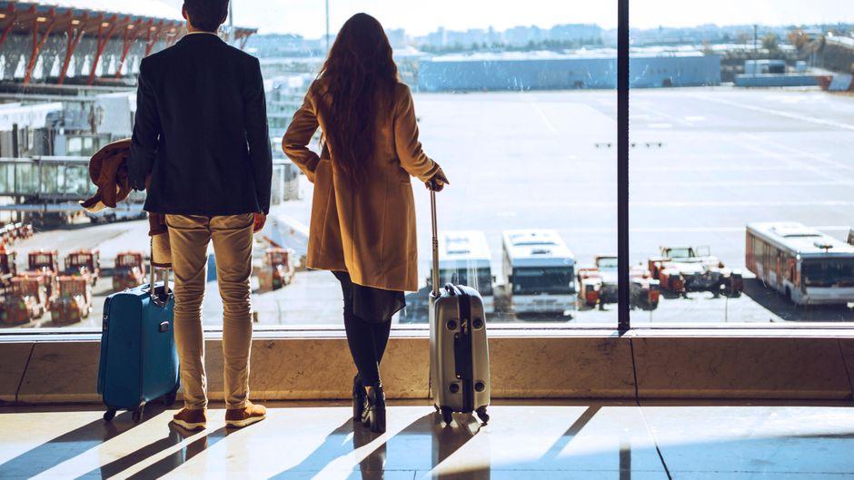 Ein Paar steht am Flughafen. Wie werden wir 2021 reisen – und welche Änderungen gibt es?