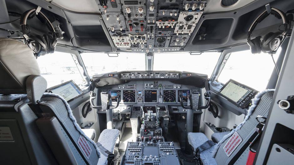 Mit einem der Knöpfe im Cockpit kann die Hupe des Flugzeugs betätigt werden.