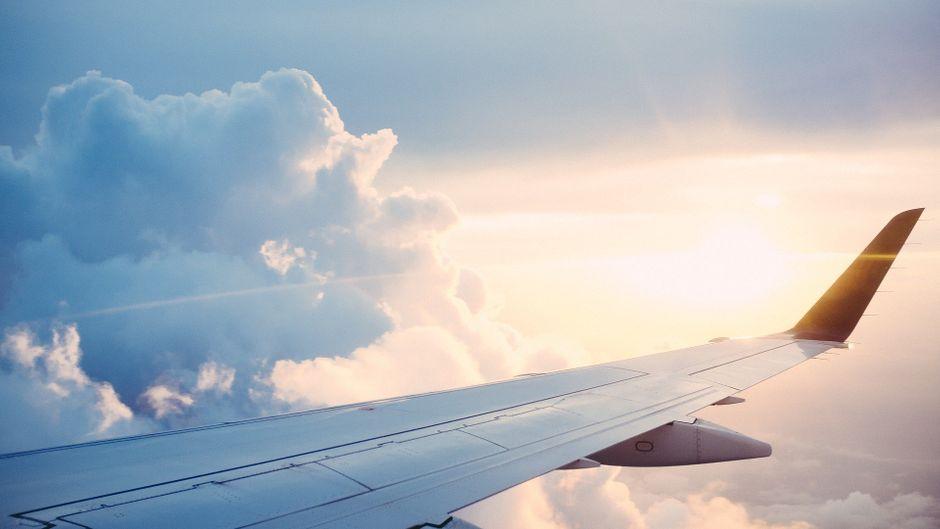 Blick auf einen Flugzeugflügel in der Luft.