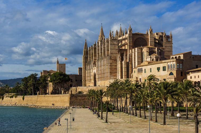 Die Kathedrale La Seu in Palma ist ein muss bei deinem Besuch in Santa Ponsa. Mit dem Bus kommst du ganz unkompliziert dorthin!