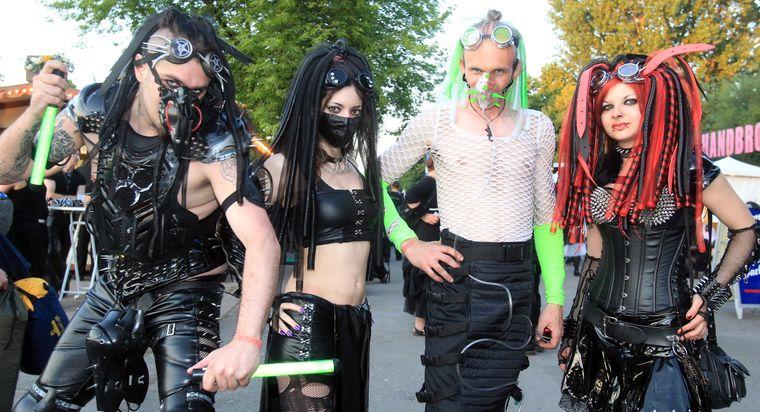 Kostüme beim Wave-Gotik-Treffen in Leipzig
