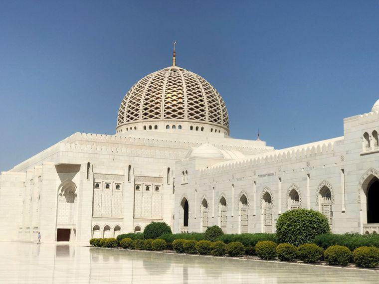In der Sultan-Qaboos-Moschee in Maskat sind Anhänger aller Glaubensrichtungen willkommen.