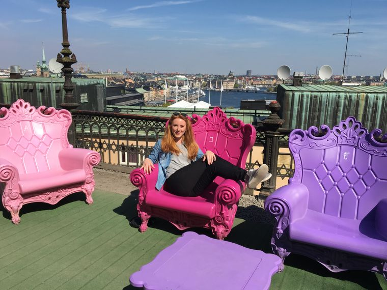 Bunte Throne auf den Mosebacketerrassen in Stockholm