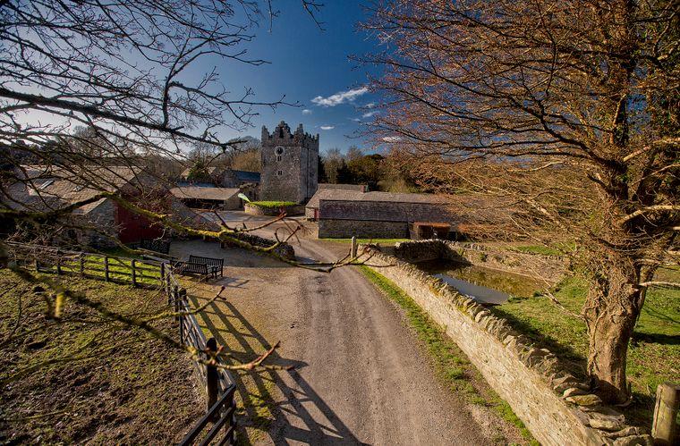 Castle Ward ist in der Serie Winterfell, die Heimat der Familie Stark. Dem alten Gehöft auf dem Gelände des Herrenhauses wurden digital Gebäudeteile hinzugefügt.