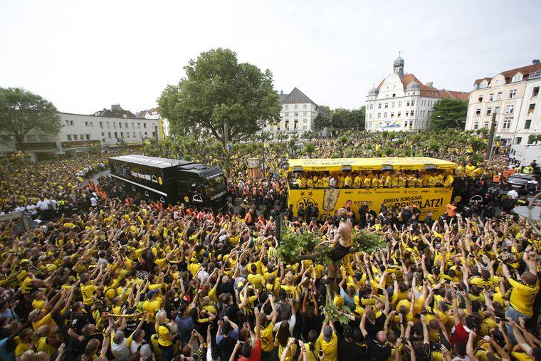 Borussia Dortmund feiert den Sieg des DFB-Pokals 2017 mit einem Autokorso durch die Stadt, der auch zum Borsigplatz führt.